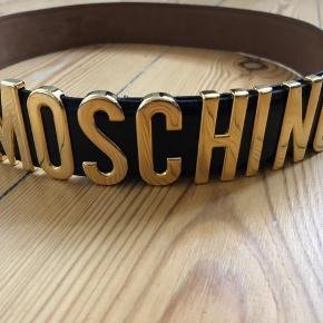 Moschino patent leather bælte med guld spænde.