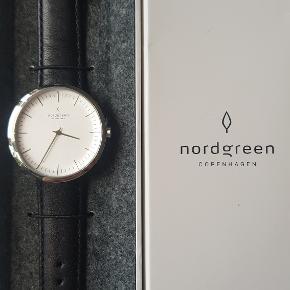 """Nordgreen - """"Infinity""""  Flot og stilet ur fra det danske urfirma Nordgreen, som har designer Jakob Wagner i ryggen. Modellen hedder """"Infinity"""" og er købt ifm. deres kampagne på Kickstarter. Uret fremstår derfor helt nyt. 40 mm. urskive i sølv med en rem i sort læder.  Flere billeder kan sendes!  Mvh."""
