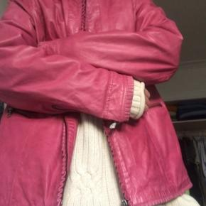 """Fed pink vintage jakke i ægte læder med flotte """"flæse"""" detaljer 🎀 Den er købt for nyligt i en luksus vintage til 450,- og er str. XL (men selv brugt oversize af str. S/M)  Fejler ingenting - Læderet har noget fint patina, men intet tydeligt slid   Mærke: Deerberg  #30dayssellout"""