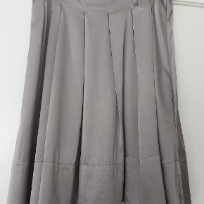 Smuk silke nederdel sælges. Bælte kan anvendes eller et tørklæde. Lommer i siden som vist på billedet.  Køber betaler for porto, sendes med DAO.