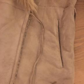 Tømmer min garderobe. Brugt en sæson. Har ligget i en dragt pose. Fejler intet. Lys og fin som ny. Lidt slidt på bindebånd.