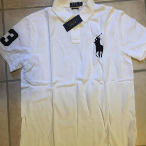 Varetype: BluseFarve: Hvid Oprindelig købspris: 1100 kr.  Super fed polo fra Ralph Lauren i Slim Fit :) Ved TS handel kommer gebyrer oveni :)