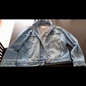 """Som ny, brugt meget lidt.. Helt klassisk cowboy jakke i lys blå """"forvvasket"""" denim. Sidder rigtigt godt."""