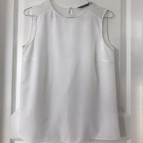 Fineste hvide top. Asymmetrisk på ryggen.