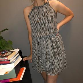 Virkelig sød kjole, ikke brugt særlig mange gange og er derfor i god stand. Kan passes af en 34-38