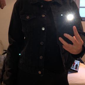 Super fed denimjakke fra ZARA i sort 🖤 den er brugt få gange, selve jakke er en str. L, men svarer til en M ✨