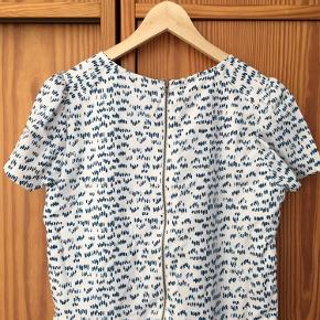 Fin kjole med skønt prik-mønster. Mener aldrig, jeg har brugt den, men der er en lille plet foran - man ser den dog stort set ikke.  Bytter ikke.