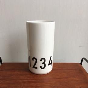 Design Letters porcelæn vase 0-9. 15cm høj (ca 7,5cm dia).  Arne Jacobsen typografi.  Ubrugt og med æske.   Nypris 350kr  Afhentning i fuglekvarteret Kbh nv.  Sender med Dao pakkeshop.