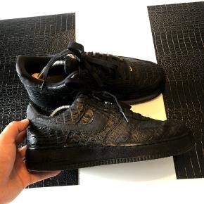 Navn: 🔥RARE🔥Air Force 1 Low Croc  Størrelse: 42,5  Tjek min side for flere varer fra blandt andet: Balenciaga, Prada, Lanvin, Gucci, Fendi, Nike, Stone Island, og Vlone Con: 8  OG: Intet