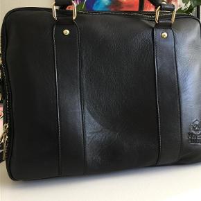 Brand: moretti Varetype: taske Størrelse: 30x38 Farve: sort Oprindelig købspris: 2000 kr.  Lækker sort skindtaske, kun brugt få gange.