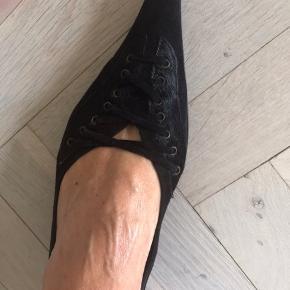 Sorte ruskinds sko med pelsdetaljer og snøre, de er i pæn stand brugstegn ses på en lille hæl som går ind under skoen og ses derfor ikke.