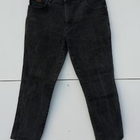 Wrangler Jeans Str: W34 L30 (svarer til L) Model: Texas stretch Stand: gmb   Farve: sort washed  Liv: 2x45   Liv-Skridt længde: 27 cm Hel længde: 97 cm Indv. benlængde : 75 cm Ankel-vidde: 2x20 cm  Pris: 100,- plus porto (nypris: 550,-) Fast pris  Sender med DAO :-)  Flere billeder haves IKKE