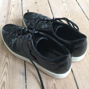 Ecco sneakers i sort lak.