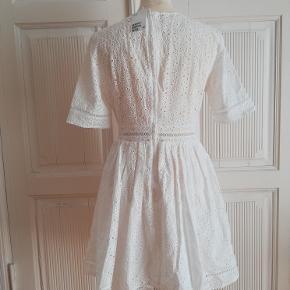 Sommerkjole, H&M Trend, str. findes i flere str., Hvid, Ubrugt Sommerkjole.H&M Trend kort kjole i let, vævet bomuldskvalitet med broderie anglaise. Helt ny og ubrugt med mærkesedler. Kan bruges til både hverdag, fest og konfirmation. Kjolen har V-udskæring foran og korte ærmer. Hulbånd langs med udskæringen, i taljen, nederst på ærmerne og forneden. Er skåret med rynkning i taljen og vid underdel. Skjult lynlås i ryggen. Underdel med for. Materiale: 93% Bomuld og 7% Polyester For: 100% Bomuld. Nypris: 599 Eventuel fragt lægges oveni. Jeg har kjolen i str.: 38, 40, 42 og 44. Alle helt nye med mærkesedler