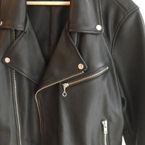 WEEKDAY LEATHER BIKER JACKET 100% læder Original kvittering følger ikke med Flere billeder kan ses på: https://www.weekday.com/en_dkk/men/jackets-coats/product.biker-leather-jacket-black.0607710001.html