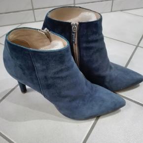 Flotte støvletter, blå ruskind. Lille hak på den ene hæl. Ellers flot i skindet. Hæl 8,5 cm.