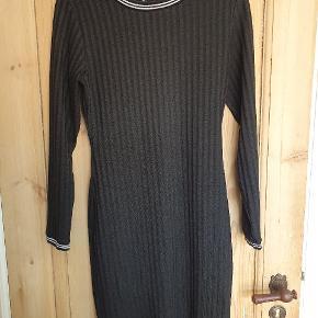 Lækker tætsiddende kjole i ribbet materiale. Sælges i både sort og grå: 1 for 100, begge for 170.