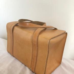 Alt for fed vintage/retro taske i en flot beige og lysebrun.  Tasken er ca. 14 cm bred, 18 cm høj, og 27 cm lang:)