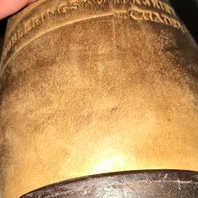 """Vildeste lækre støvler i patineret skind (dvs de er """"født"""" sådan her) Lang lynlås indvendigt og foret med lækkert blødt skind  Brugt ca 1 måned Alm til store i str -  Fra MDK- munderingskompagniet  Nyprisen var 1800kr"""