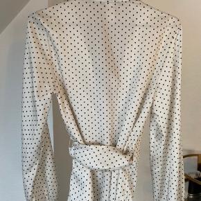 Binde-bluse fra Zara i råhvid med prikker Aldrig brugt Str. US 4