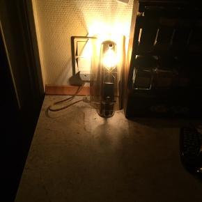 Meget gamle væglamper af messing med buet glas hvor der er et lille mønster på.  Flotte el-pære.  2 stk. Sælges samlet.   Virker fint.