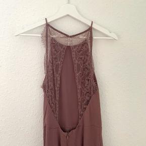 Super sød Willow-blondekjole fra samsøesamsøe i en fin støvet rosa farve. Kjolen er brugt maks 5 gange, og har ingen tegn på slid. Passer en almindelig Xs/S. Sælges da jeg desværre ikke får den brugt 🌸