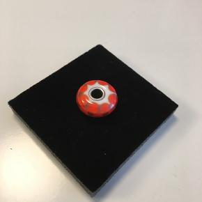 "Troldekugle ""Rød/lilla skak"", nr. 61369. Flot rød/orange troldekugle med en behersket lilla imellem. Jeg har kun båret den 2 gange i en halskæde."
