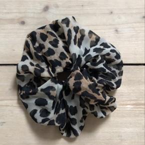 Leo scrunchie lavet af stof fra min GANNI kjol    Flytter 8/7 så skal af med alle ting herinde inden! Sidste dag for at købe er 8/7 🌸