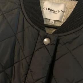 Sort jakke i M fra global funk i teddy udgaven. Brugt sparsomt og vasket en enkelt gang nu her   #30dayssellout