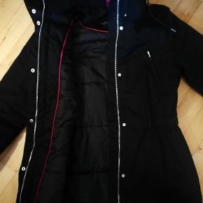 Jakken er brugt 5-6 gange. Den er lige en anelse for stor til mig. Jeg er normalt en XS. Jeg købte den så jeg kunne have en tyk trøje indenunder, men det er slet ikke nødvendigt, da den er dejligt varm.  Skriv endelig for mere info og flere billeder - jeg har forsøgt at få de vigstige detaljer ved jakken med. Bud modtages gerne! :)
