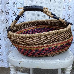Fairtraide, håndlavet stor smuk og rummelig fletkurv med hanke, flotte læderdetaljer, brugt få gange.