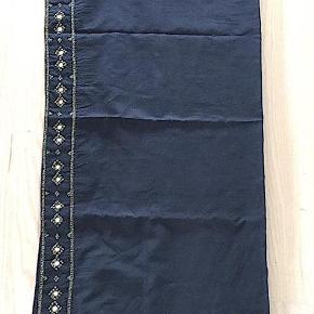 Brand: Tara Mathews Varetype: Sarong Farve: Gråblå  Tara Mathews sarong i bomuld, farve, blågrå med sten besætning, aldrig brugt sælges. Betaling via MobilePay foretrækkes.