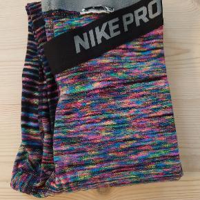 Pæne og velholdte Nike Pro warm tights. Brugt til hverdagsbrug i en periode men bruger dem ikke mere, så de vil gerne have en ny ejer😁 Prisen er fast😁