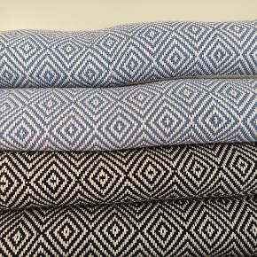 De smukke og moderne hammamhåndklæder sælges her. Håndklæderne er vævet i 100 procent økologisk bomuld med miljørigtig indfarvning. De måler 100* 180 cm, vejer og fylder næsten ingenting. Perfekte til både strand - og badehåndklæde.  Fås i flere farver : Koksgrå (2 mønstre: Diamond og cutted Diamond)  Sort Rosa Olivengrøn Royal Blue Støvet blå  1 stk 160kr 2 stk 300kr (tilbud) Sender gerne med DAO - og der er mulighed for at hente i Fredericia og Pjedsted 🌸🌞  Betaling foregår via mobilepay eller TS (her tillægges et mindre gebyr til prisen)