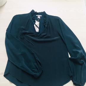 Aldrig brugt silkeskjorte, stadig med mærkat. Helt mørkegrøn.