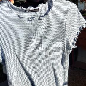 RESERVERET  Mega sød top fra Brandy Melville i blå og hvide striber. Har ruffle detalje, som giver et flot snit.