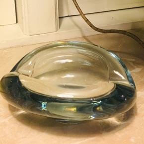 Massivt glas. 13cm lang og 10,5 bred. Sender gerne og giver den fineste mængderabat 🌺