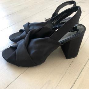 Sandaler fra H&M i str 38 sælges. Stadig med prismærke på. Normal i størrelsen. Afhentning på Frederiksberg