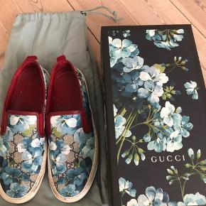 Gucci sneakers købt i Paris i 2016. Brugt sparsomt. Nypris var 425 euro (lige knap 3200) byd realistisk men min mp ligger på 1500kr pp. - ALT medfølger. Dustbag, æske, bånd og kvittering. Flere billeder kan tilsendes. De trænger til at blive tørret af men eller intet slid overhovedet 😊