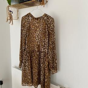Envii leopard kjole med dyb ryg og bindebånd i nakken   150kr ☀️