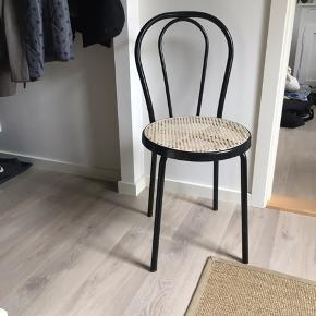Smuk fransk caféstol i sort metal   Kan afhentes i Ribe, Haderslev eller København (dog med lidt ventetid, hvis det er tilfældet)