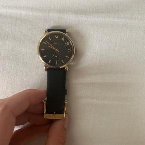 Batteriet skal skiftes og remmen er også slidt. Derudover et meget lækkert ur, jeg har været meget glad for.