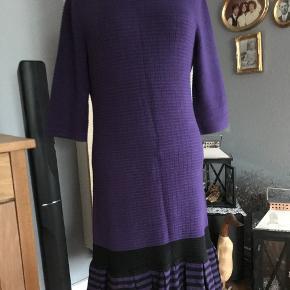 super flot strik kjole med fine detaljer. brystvidde 2 x 2 x 42 + stræk længde fra skulder 94 farven er mere varm - rødlilla - end på billedet