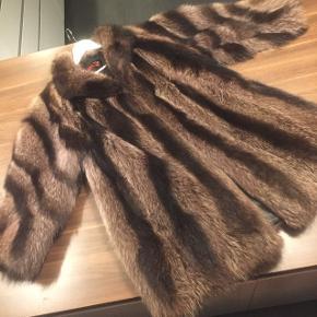 Smukke ægte vaskebjørns pels i en ca str L  Rigtig god stand, ingen fejl eller huler i foret .. En virkelig flot pels  Har gidet 4600 for den Kom gerne med et seriøst bud