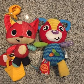 Fin stand. 2 stk baby legetøj. Den ene fra playgro og en fra tinylove som ryster den der hives ned i den 40kr 6710 sjelborg