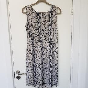 Slangemønstret / dyreprint kjole fra Second female i str. Xl / 42.