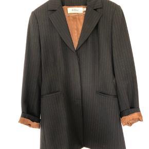 Flot sort nålestribet blazer med bronze nylon for og knapper. Den er 42% uld.   Skal prøves/afhentes i Lyngby.