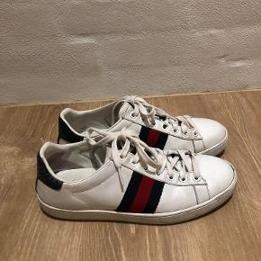 Gucci sko i str. 36, svarer til en 37. 450 EURO (3.375KR) fra ny. Brugte, men i god stand. Kvittering, skoposer samt skoæske medfølger.