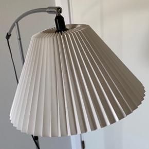 Le Klint model 370 gulvlampe i rigtig flot stand uden synlige mærker/slidtage. Nypris 4.395kr - sendes ikke.