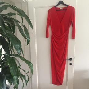 Flot rød kjole fra envii. Brugt en enkelt gang og standen er som ny.